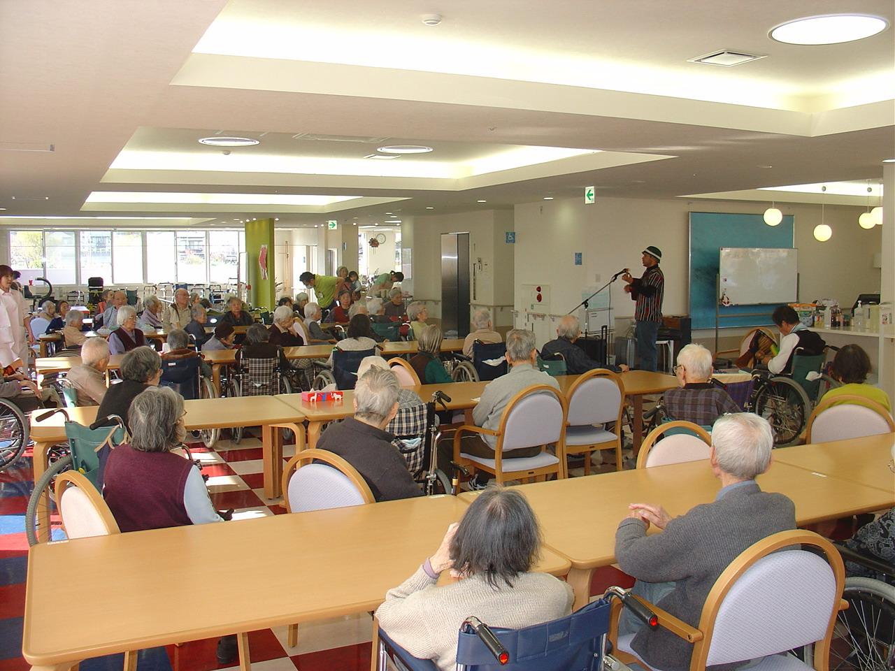 """Voluntariado con los """"viejitos"""" de Hino, Tokio, 2008"""