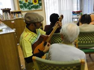 Ángel La Rosa como voluntario en recreación de ancianos, Japón, Tokio